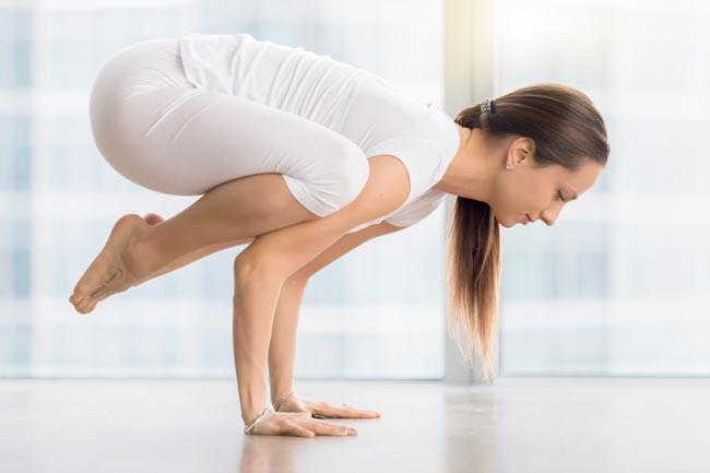 Klasik Hatha Yoga pozlarından biri olan Bakasana (karga duruşu).
